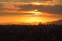 Nubes y paisaje de la puesta del sol fotografía de archivo