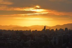 Nubes y paisaje de la puesta del sol fotos de archivo