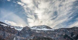 Nubes y pared de la montaña imagen de archivo libre de regalías