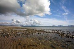 Nubes y playa imagenes de archivo