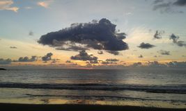 Nubes y puesta del sol en la playa de Costa Ricas imágenes de archivo libres de regalías