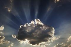 Nubes y rayos de sol Rayos de Sun fotos de archivo