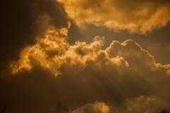Nubes y rayos dramáticos del sol fotografía de archivo