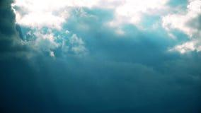 Nubes y rayos lluviosos del sol metrajes