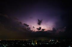 Nubes y relámpagos y tormenta del trueno en la ciudad Imagen de archivo libre de regalías