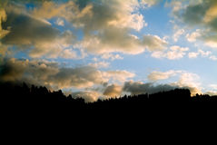 Nubes y silueta de la montaña Fotos de archivo libres de regalías