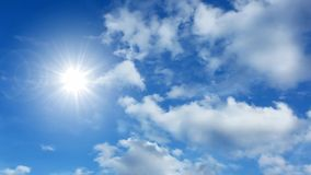 Nubes y sol del lapso de tiempo almacen de metraje de vídeo