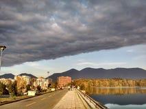 Nubes y sol sobre el lago artificial de Tirana fotografía de archivo