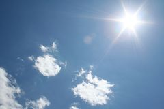 Nubes y Sun Fotos de archivo libres de regalías
