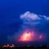 Nubes y tempestad de truenos con el relámpago foto de archivo libre de regalías