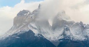 Nubes y tiempo rápidamente cambiante en Torres del Paine almacen de video