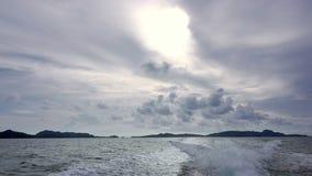 Nubes y Trace Behind la popa de un barco de motor almacen de video