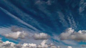Nubes y vídeo profundo del lapso de tiempo del cielo azul en el sudoeste los E.E.U.U.
