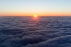 Nubi alba luminosa di mattina nel cielo tramonto con un'altezza di Immagine Stock