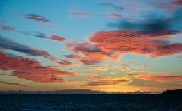 Nubi arancioni sopra il Fiji Fotografia Stock