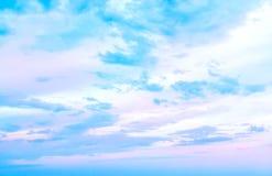 Nubi bianche in cielo blu Fotografie Stock