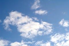 Nubi bianche in cielo blu Fotografie Stock Libere da Diritti