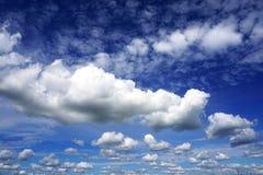 Nubi bianche in cielo blu Immagine Stock