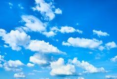 Nubi bianche in cielo blu Immagini Stock