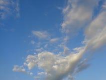 Nubi bianche in cielo blu Immagini Stock Libere da Diritti