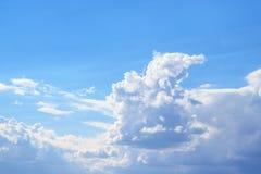 Nubi bianche contro il cielo blu Fotografia Stock Libera da Diritti