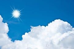 Nubi bianche e un cielo blu Immagini Stock