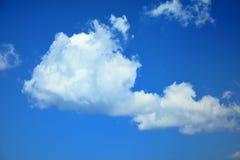 Nubi bianche nel cielo blu Fotografie Stock