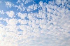 Nubi bianche nel cielo blu Fotografia Stock