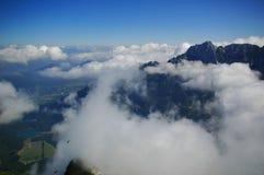 Nubi bianche sopra il supporto sloveno Mangrt immagine stock libera da diritti