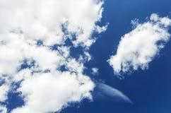 nubi bianche su cielo blu Fotografie Stock Libere da Diritti