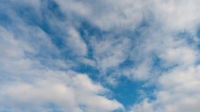 Nubi bianche su un cielo blu archivi video