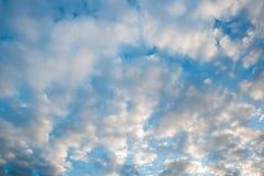 Nubi bianche in un cielo blu Fotografie Stock