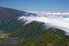Nubi che cadono sopra una cresta della montagna alla La Palma fotografia stock libera da diritti