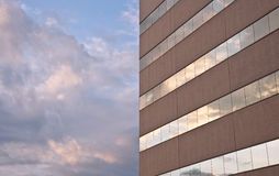 Nubi che riflettono sullo sviluppo del Windows Immagine Stock