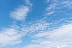 Nubi con cielo blu Immagini Stock