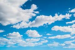 Nubi contro il cielo blu Fotografia Stock Libera da Diritti
