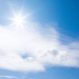 Nubi dell'indicatore luminoso e del sole Fotografie Stock Libere da Diritti