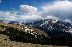 Nubi della neve della montagna rocciosa Immagini Stock
