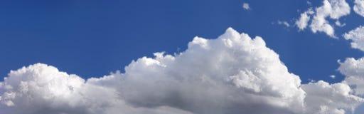 Nubi della sorgente Immagini Stock