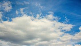 Nubi di bianco del cielo blu stock footage