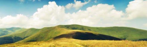 Nubi di estate sopra i prati carpatici della montagna Fotografie Stock Libere da Diritti