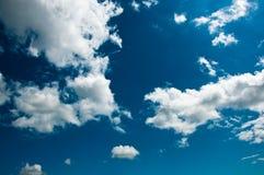 Nubi di estate su cielo blu Fotografia Stock Libera da Diritti