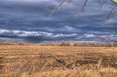 Nubi di pioggia, raggi del sole, penombra, cielo tempestoso Fotografia Stock