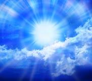 Nubi di Sun del cielo blu Fotografie Stock