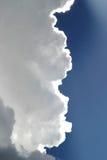 Nubi di tempesta in cielo blu Immagine Stock