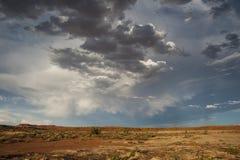 Nubi di tempesta del deserto fotografie stock libere da diritti