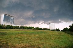 Nubi di tempesta sopra gli edifici per uffici Fotografia Stock Libera da Diritti