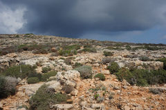 Nubi di tempesta sopra l'isola di Comino, Malta. Fotografia Stock
