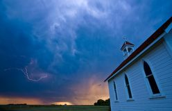 Nubi di tempesta sopra la chiesa del paese del Saskatchewan Fotografie Stock