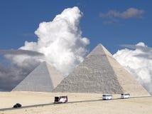 Nubi di tempesta sopra le grandi piramidi. Fotografia Stock
